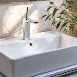 Cinco ideias para renovar o espaço de banho sem ter de furar os azulejos